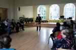 Juris Hiršs dzied Stelpes pensionāriem un cilvēkiem ar īpašām vajadzībām