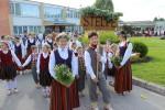 Stelpes dziedātāji, dejotāji un aktieri piedalās III Vecumnieku novada Dziesmu un deju svētkos